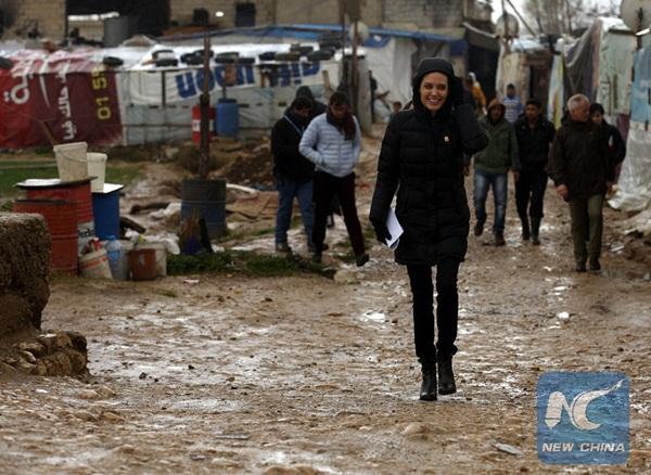 زارت مبعوثة الأمم المتحدة الخاصة لشؤون اللاجئين الممثلة الأمريكية انجلينا جولي مخيمات للنازحين السوريين بمنطقة البقاع في لبنان