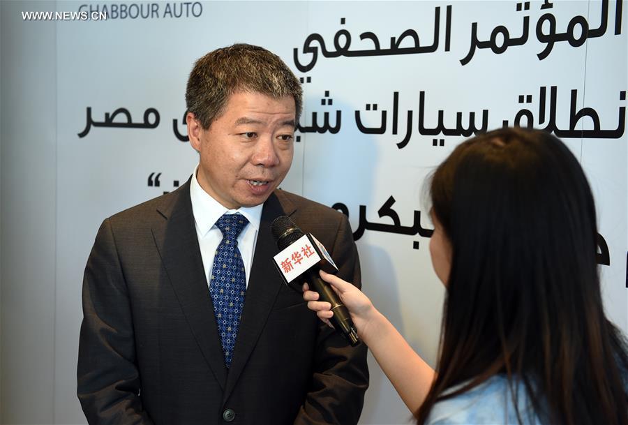تجري مراسلة شينخوا المقابلة مع رئيس شركة شيري إنترناشونال الصينية خه شياو تشينغ في القاهرة