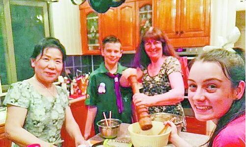 艺术团队员们与当地居民一起包饺子