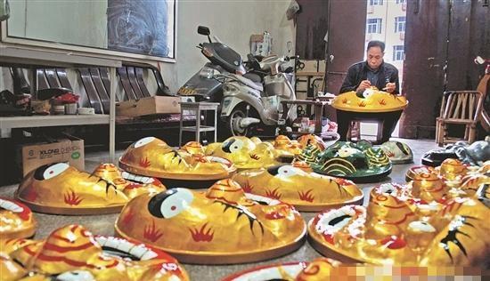 颜天水制作出的传统南狮头形象逼真,广受欢迎。
