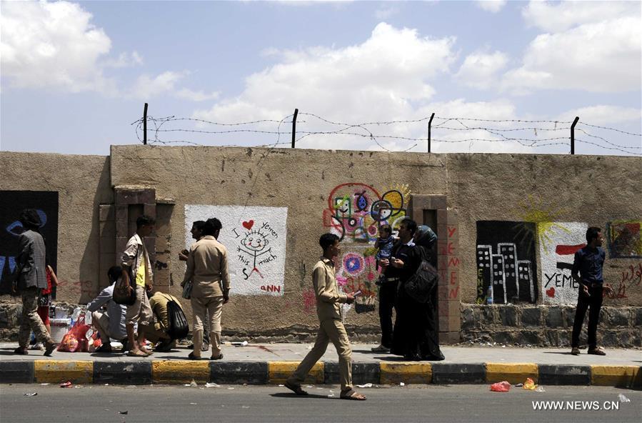 """نظم الناشطون اليمنيون فعالية على الجدار تحت موضوع """"السلام في اليمن"""" مدعوين لجميع اليمنيين إلى وقف القتال"""