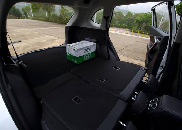 """不得不说,北汽幻速S6的确是一款让人越开越喜欢的SUV,在这台官方定价10.58万的北汽幻速S6手动智能型上,我们发现了全景天窗、智能无钥匙进入/启动系统、8英寸多媒体显示屏、双区自动空调、四门防夹电动车窗、多功能方向盘、自动防眩目内后视镜、感应雨刷等""""豪车级""""配置,除此之外,自带的人机交互系统也十分""""好用靠谱"""",看来八万级""""配置王""""这个称号果真不是白叫的。"""