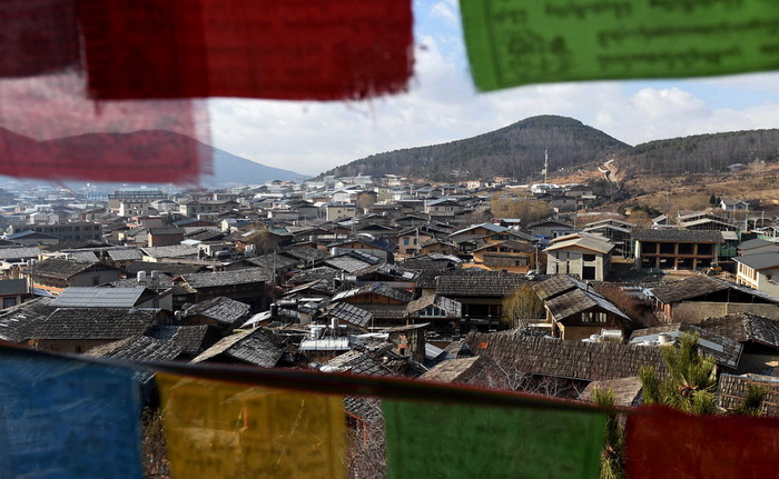 1/5Vue panoramique de la cité ancienne de Dukezong, avec ses drapeaux de prières flottant.