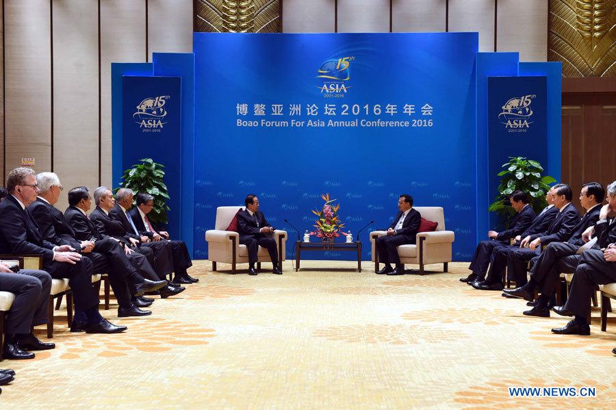 Li Keqiang rencontre les membres du conseil d