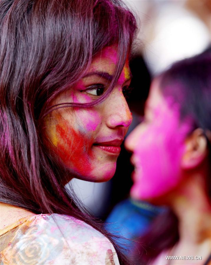 Une fille participe à la célébration de la Holi, fête des couleurs, à Rangoun au Myanmar, le 23 mars 2016. (Xinhua/Wu Ang)