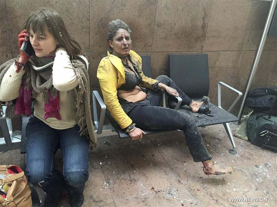 Photo prise le 22 mars 2016 montrant deux femmes blessées après une explosion dans l