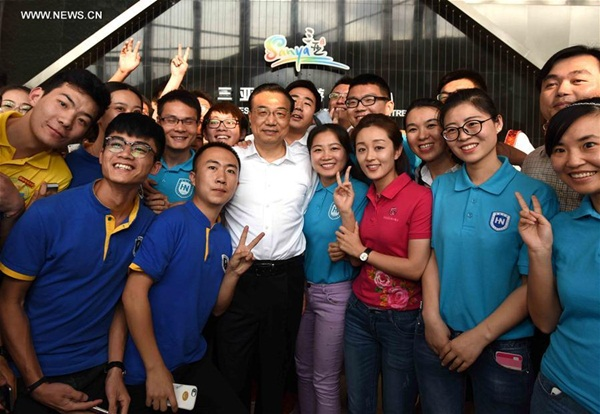 أقام رئيس مجلس الدولة الصيني لي كه تشيانغ جولة تفقدية في مدينة سانيا بمقاطعة هاينان بجنوب الصين