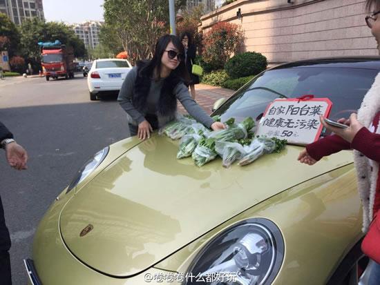 昨日,多名网友在微博上称,仓山融侨外滩B区门口,一名开着豪车的女子在路边卖天价青菜