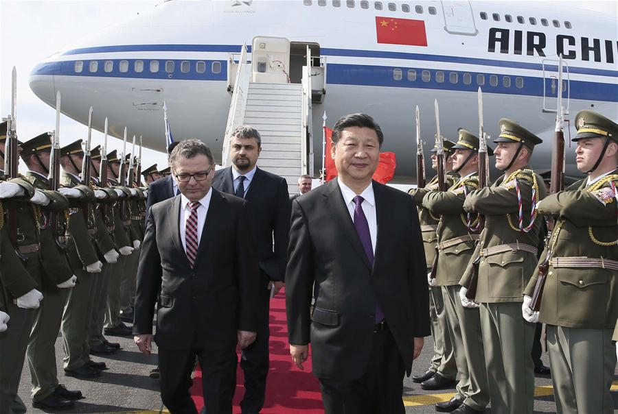 Chinese President Xi Jinping (R front) arrives at the airport in Prague, Czech Republic, March 28, 2016. Xi started a three-day state visit to the Czech Republic from Monday. (Xinhua/Lan Hongguang)