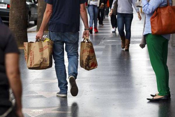 Gasto de consumidor sube e inflación disminuye en EEUU