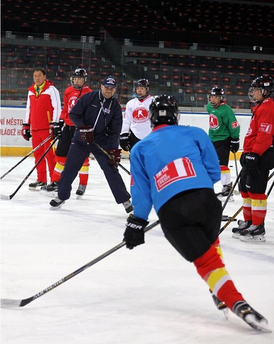 الشباب الصينيون يتدربون على الهوكي على الجليد في التشيك