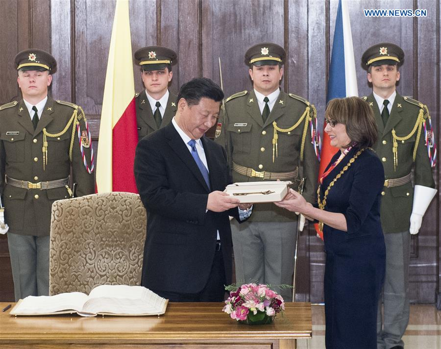 PRAGUE, March 29, 2016 (Xinhua) -- Chinese President Xi Jinping (L, front) receives a key to the city while meeting with Prague Mayor Adriana Krnacova (R, front) in Prague, the Czech Republic, March 29, 2016. (Xinhua/Wang Ye)