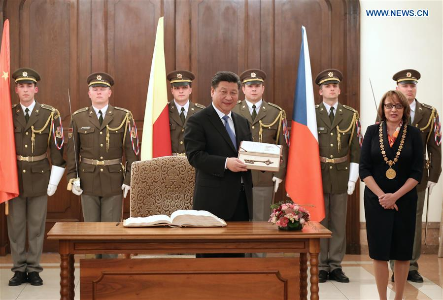 PRAGUE, March 29, 2016 (Xinhua) -- Chinese President Xi Jinping (L, front) receives a key to the city while meeting with Prague Mayor Adriana Krnacova (R, front) in Prague, the Czech Republic, March 29, 2016. (Xinhua/Pang Xinglei)