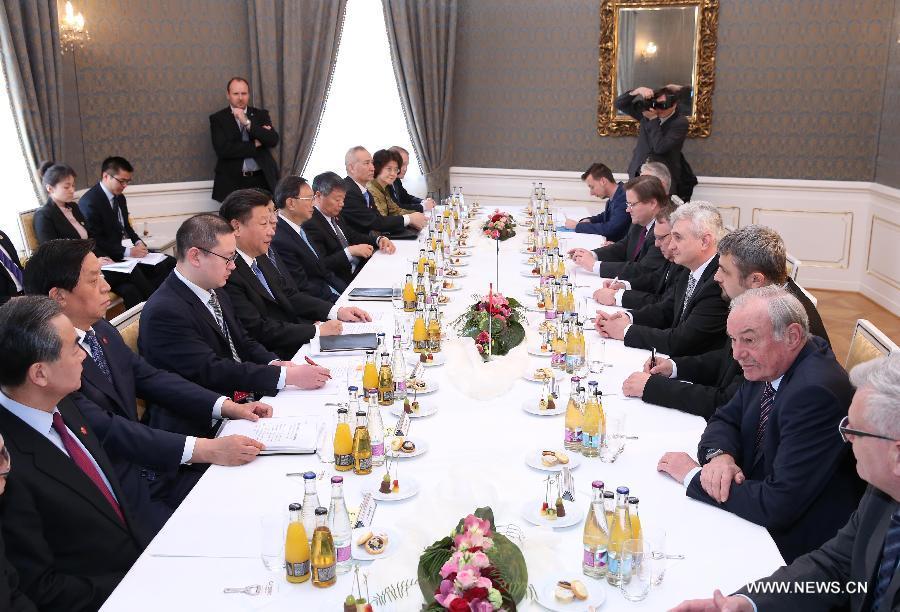 التقى الرئيس الصيني الزائر شي جين بينغ مع ميلان شتييخ رئيس مجلس الشيوخ فى البرلمان التشيكى