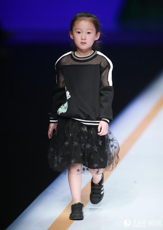 China Fashion Week Liu Jia Presents Parent Child Outfit Collection Cctv News Cctv Com English