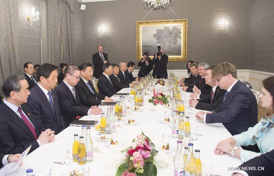 اجتمع الرئيس الصيني الزائر شي جين بينغ مع رئيس مجلس النواب التشيكي جان هاماسيك.