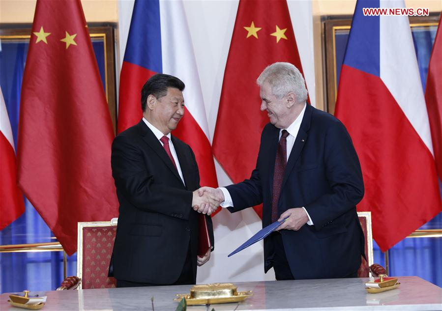 PRAGUE, March 29, 2016 (Xinhua) -- Chinese President Xi Jinping (L) and his Czech counterpart Milos Zeman sign a joint statement on lifting the two countries