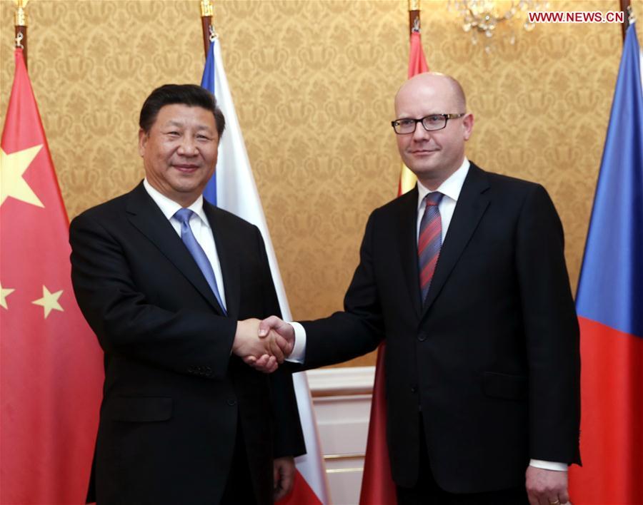 PRAGUE, March 29, 2016 (Xinhua) -- Chinese President Xi Jinping (L) meets with Czech Prime Minister Bohuslav Sobotka in Prague, the Czech Republic, March 29, 2016. (Xinhua/Ju Peng)
