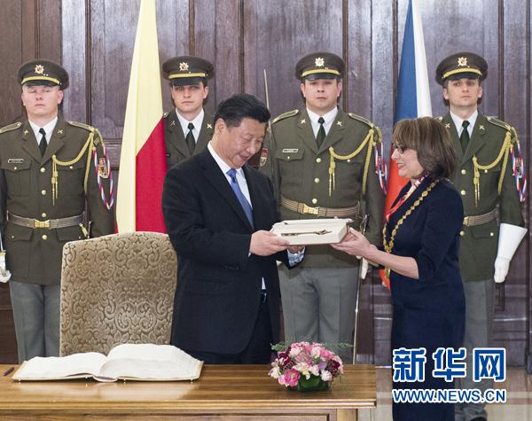 当地时间3月29日,国家主席习近平在捷克布拉格会见布拉格市长科尔娜乔娃,并接受科尔娜乔娃代表该市赠予的城市钥匙。 新华社记者 王晔 摄