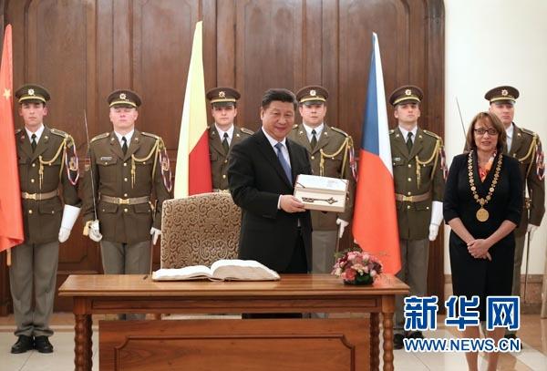 当地时间3月29日,国家主席习近平在捷克布拉格会见布拉格市长科尔娜乔娃,并接受科尔娜乔娃代表该市赠予的城市钥匙。 新华社记者 庞兴雷摄