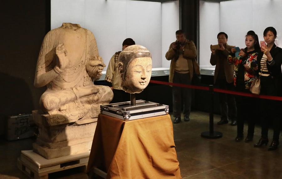 Retour de la tête volée de la statue du Bouddha Shakyamuni