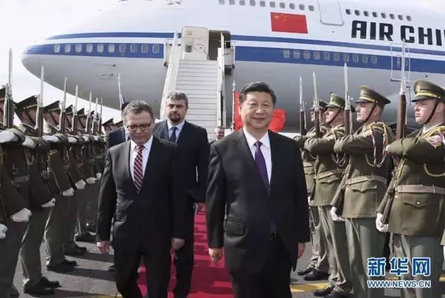 △3月28日,习近平乘专机抵达布拉格,开始对捷克共和国进行国事访问。