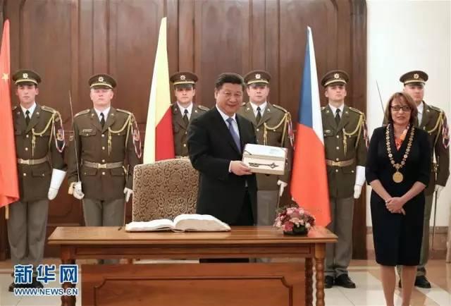 △3月29日,习近平在捷克布拉格会见布拉格市长科尔娜乔娃,并接受科尔娜乔娃代表该市赠予的城市钥匙。