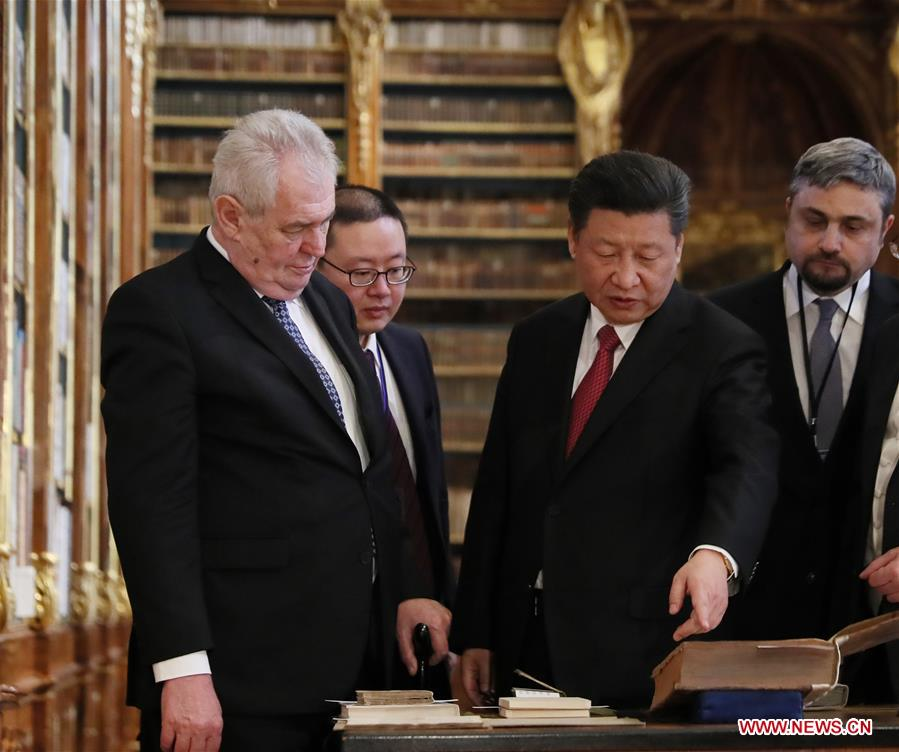 Chinese President Xi Jinping (R, front) and his Czech counterpart Milos Zeman (L, front) visit the Strahov Library in Prague, the Czech Republic, March 30, 2016. (Xinhua/Lan Hongguang)