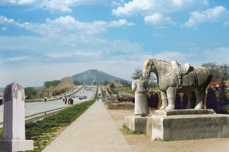 2. Le mausolée Qianling  Construites de 684 à 706, les tombes du mausolée abritent les dépouilles de plusieurs membres de la famille impériale des Li, dont celles de l