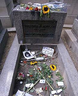 5. Jim Morrison : Cimetière du Père-Lachaise (France)