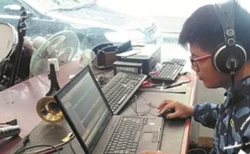 李志城正在对录制好的歌曲进行后期制作