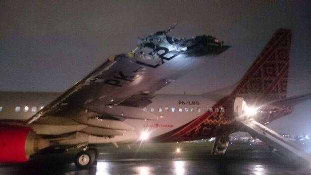 印尼两客机在机场相撞 飞机尾翼顶部被削掉(图)