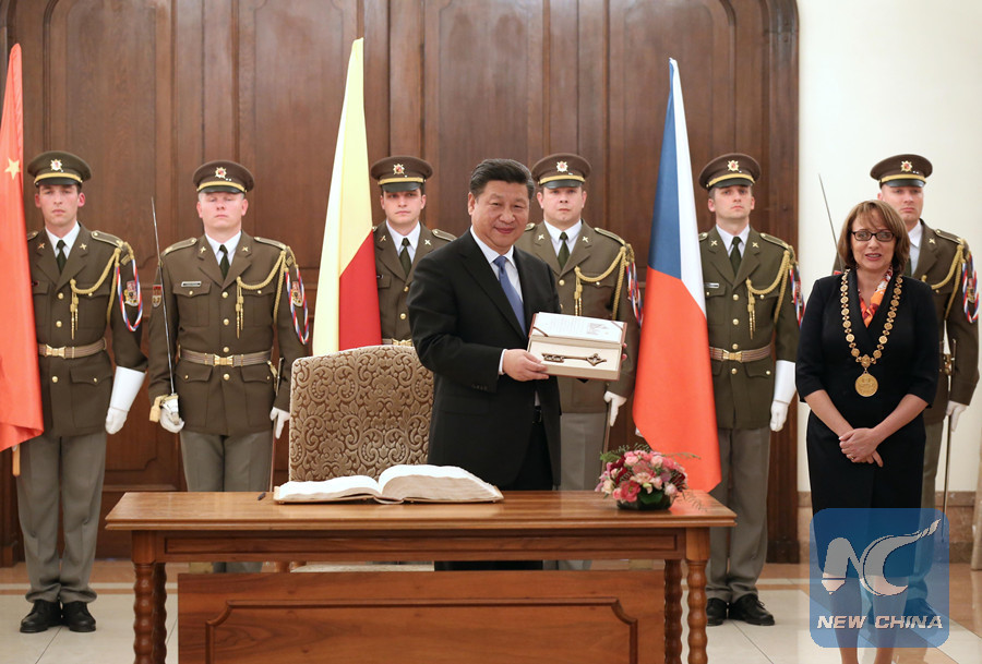 Chinese President Xi Jinping receives Key to the City while meeting with Prague Mayor Adriana Krnacova in Prague, the Czech Republic, March 29, 2016. (Xinhua/Pang Xinglei)