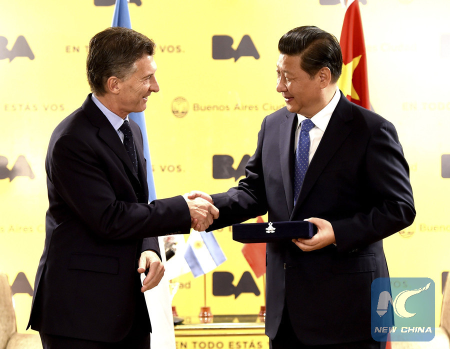 Chinese President Xi Jinping receives the Key to Buenos Aires City presented by Chief of Government Mauricio Macri in Buenos Aires, Argentina, July 19, 2014. (Xinhua/Ma Zhancheng)