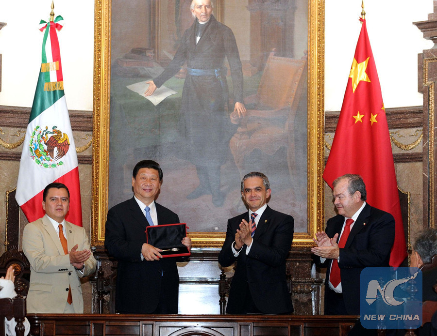 Chinese President Xi Jinping receives Key to Mexico City presented by Mayor Miguel Mancera in Mexico City, capital of Mexico, June 5, 2013. (Xinhua/Rao Aimin)