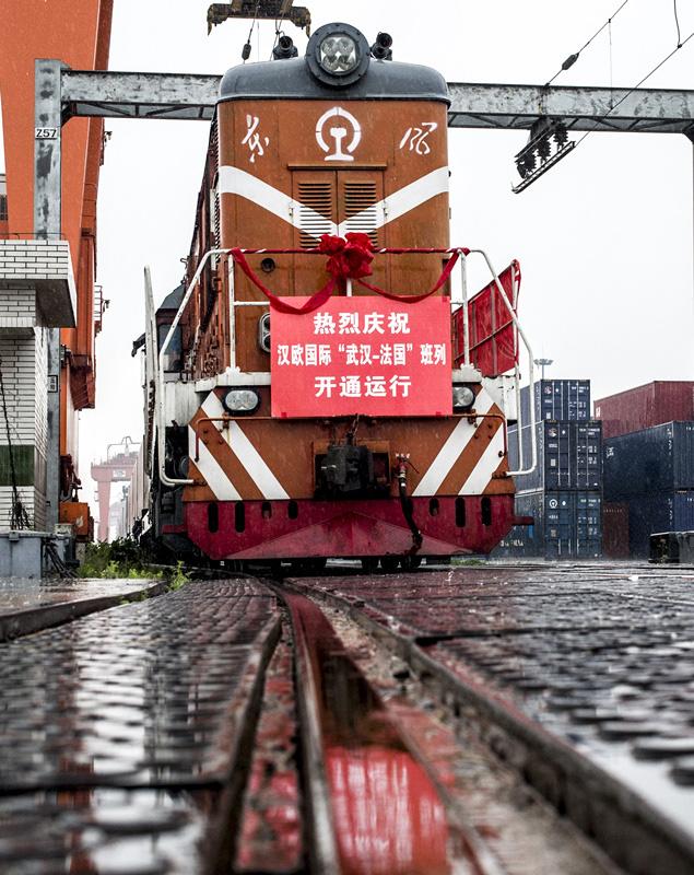 Départ du premier train de fret reliant Wuhan en Chine à Lyon en France