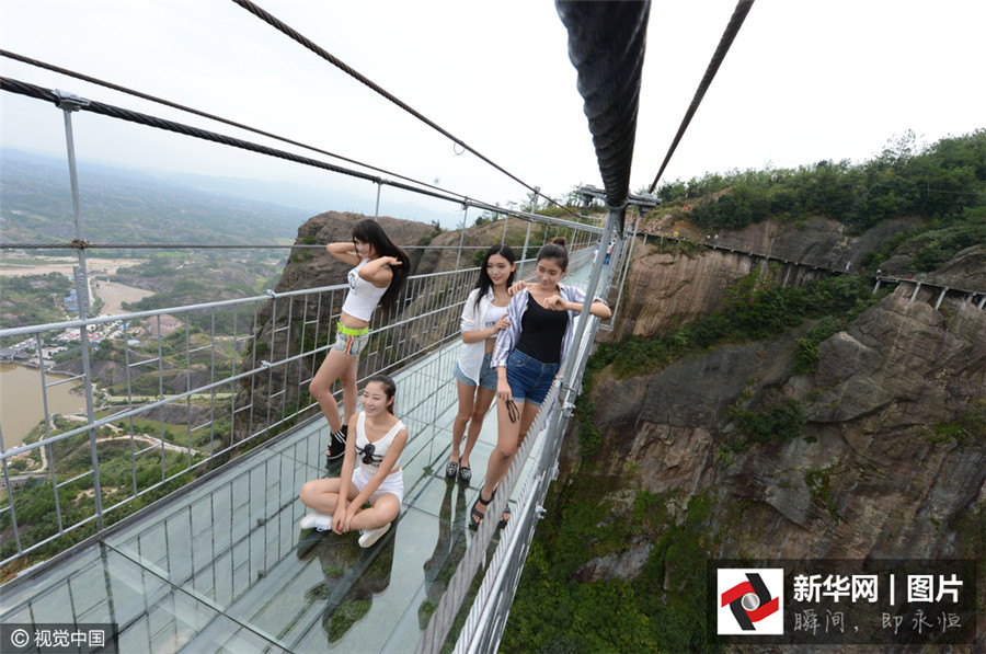 Le 24 septembre 2015, la première passerelle en verre de Chine ouvre officiellement ses portes au public dans le parc géologique Shiniuzhai de Jiangping, dans la province du Hunan.