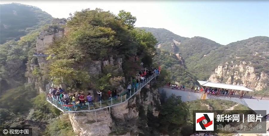 Le 5 octobre 2015, la passerelle en verre du mont Tianyun dans le district de Pinggu à Beijing est prise d
