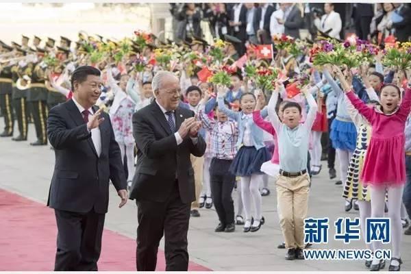 4月8日,国家主席习近平在北京人民大会堂同瑞士联邦主席施奈德-阿曼举行会谈。会谈前,习近平在人民大会堂东门外广场为施奈德-阿曼举行欢迎仪式。新华社记者李学仁摄