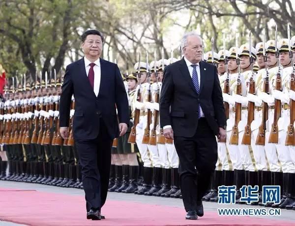 4月8日,中国国家主席习近平在北京人民大会堂同瑞士联邦主席施奈德-阿曼举行会谈。会谈前,习近平在人民大会堂东门外广场为施奈德-阿曼举行欢迎仪式。新华社记者丁林摄