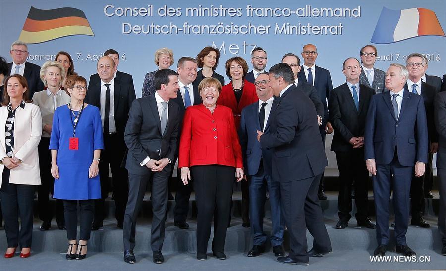 La chancelière allemande Angela Merkel et le président français François Hollande rient quand ils posent pour une photo à l