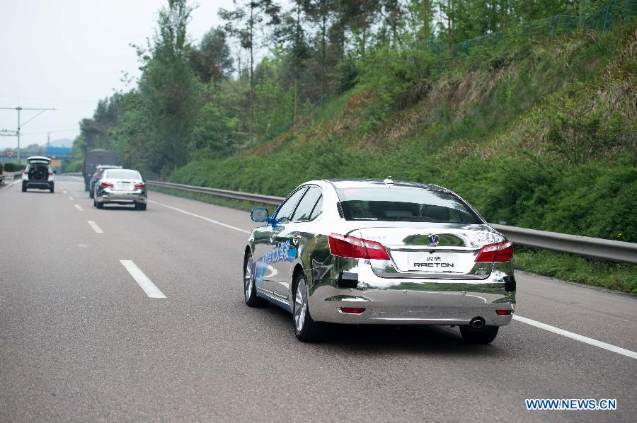 """Китайская компания """"Чанъань"""" проводит дорожные испытания беспилотного автомобиля"""