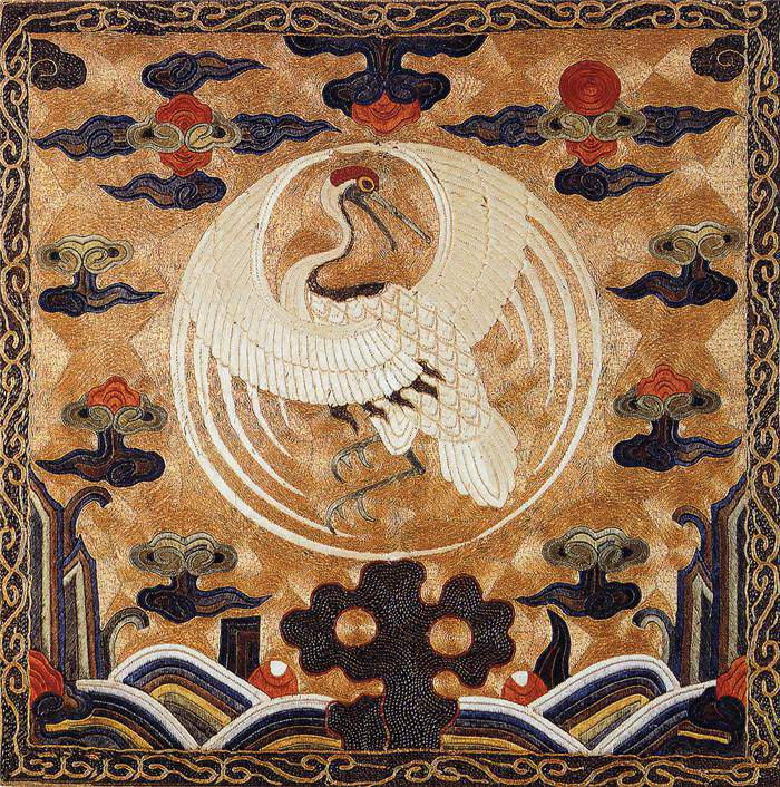 """刺绣发展已经有2000多年历史了。据《尚书》载,远在4000多年前的章服制度,就规定""""衣画而裳绣""""。至周代,有""""绣缋共职""""的记载。湖北和湖南出土的战国、两汉的绣品,水平都很高。唐宋刺绣施针匀细,设色丰富,盛行用刺绣作书画,饰件等。商代已有专门的纺织业和缝纫工业。丝织品受王室重视,商王室设专管蚕事的文官《女蚕》。 刺绣最起初的形式是锁绣,目前所见到的最早的刺绣要数荆州战国楚墓出土的""""龙凤虎纹绣罗""""了。 文献记载刺绣始创于虞舜,出土遗物"""