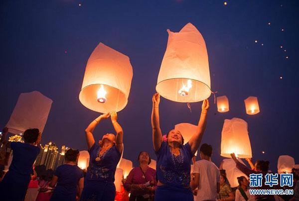 Yunnan : gigantesque lâcher de lanternes Kongming à Xishuangbanna