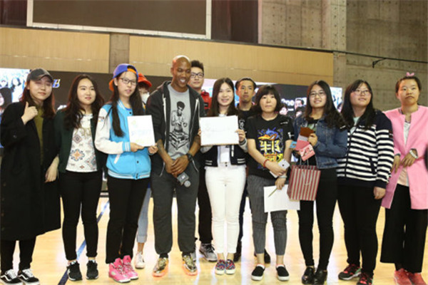 Marbury received a very warm welcome from fans, and he showed his support to the amateur competition.