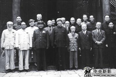 1949年7月,毛泽东与新政治协商会议筹备会常务委员在中南海勤政殿合影