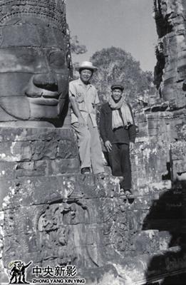 """1987年本文作者(左)在柬埔寨吴哥与""""民主柬埔寨""""战士在一起"""