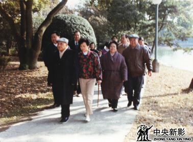 1992年拍摄邓小平南巡时和家人在一起