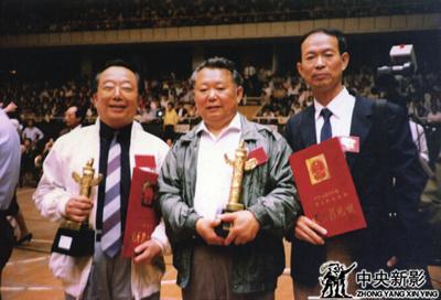 1990年由本文作者(中)编导的纪录电影《十世班禅》获1989—1990广播电影电视部优秀影片奖