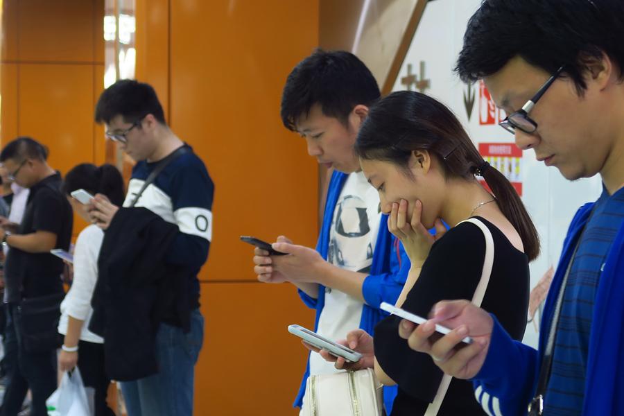 Увлечение мобильными телефонами негативно сказывается на личных отношениях